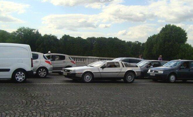De repente, no meio do transito... um DeLorean!