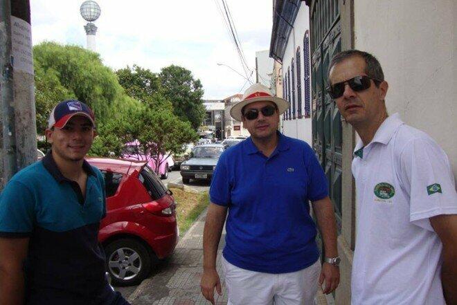 Matheus e seu pai Caio ao lado de Cláudio Campos