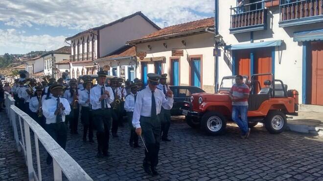 16 bandas desfilaram pelas ruas