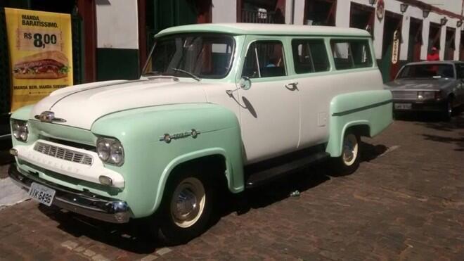 Robson dos Santos Elias (CAAC) levou para a exposição a recém restaurada Chevrolet Amazonas, pintura saia-e-blusa nas cores branca e verde, ano 1963